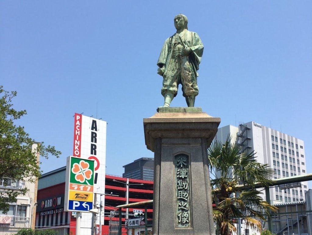 木津の大国さん、境内にある銅像「木津勘助像」