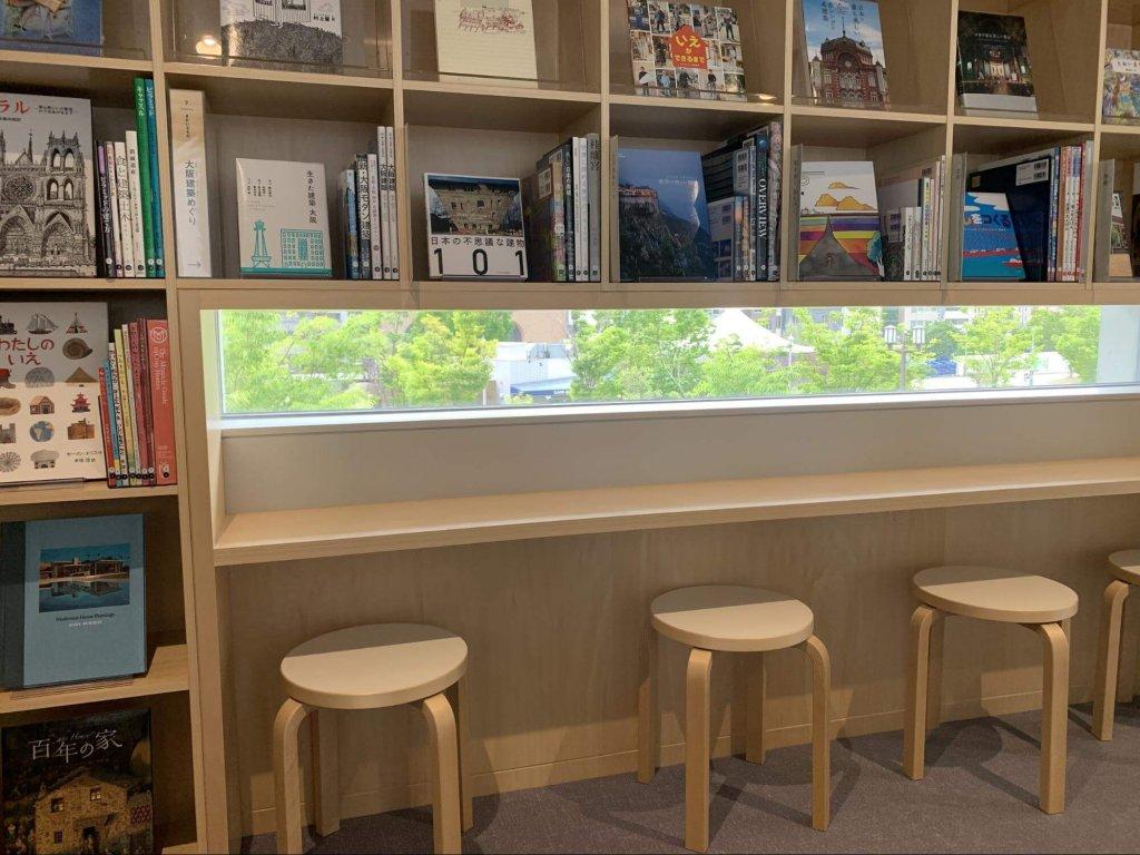 外の景色も楽しめるような読書スペース
