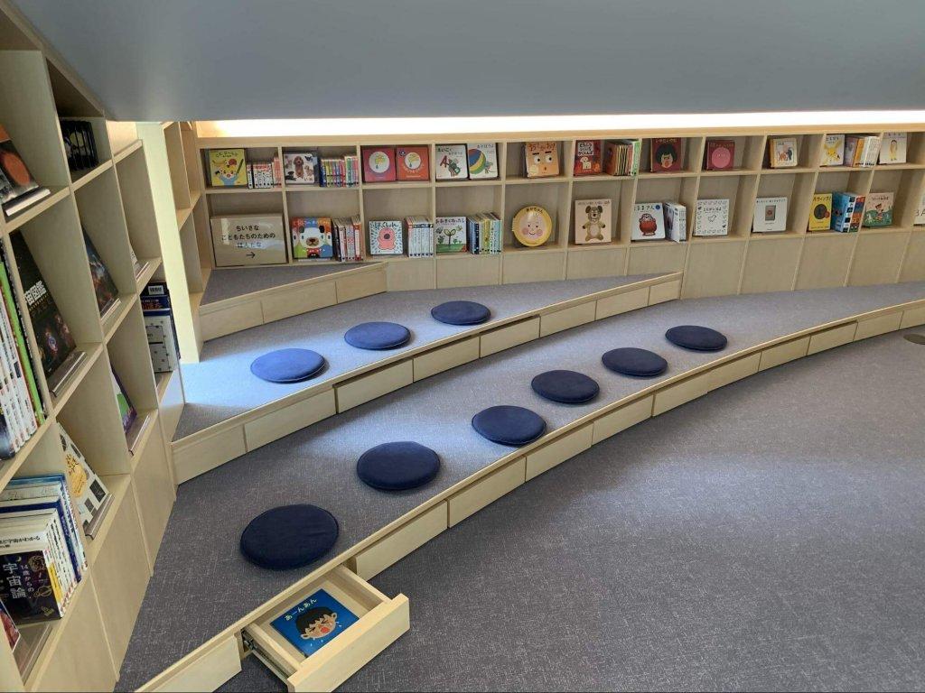 階段の裏の少し奥まった場所を利用した読書スペース