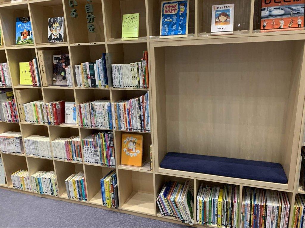 本棚の中にある読書スペース